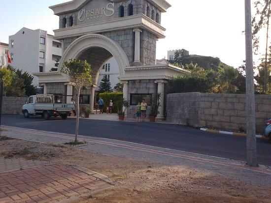 Cesars Resort Side: вход в отель