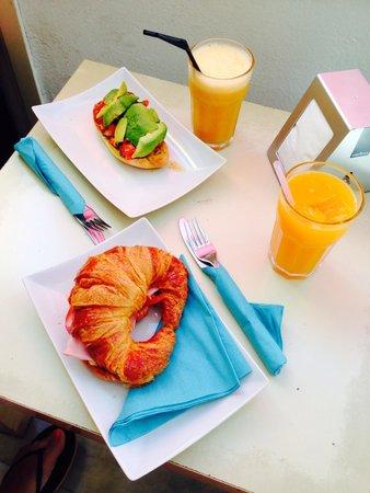 Bar Cocteleria Zumo de Tarifa: Desayuno crepe salado y tostada con aguacate