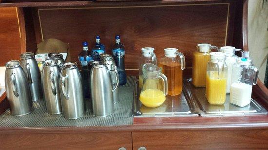 Leonardo Hotel Barcelona Gran Via: Le brocche di caffè/acqua calda/latte/succhi
