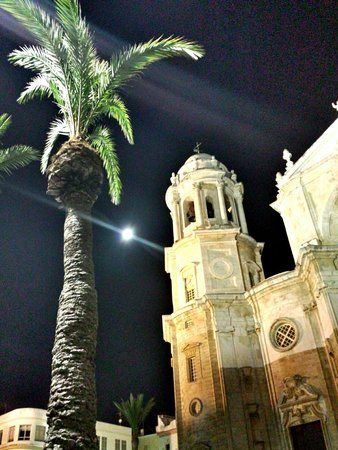 Catedral de Cádiz: Catedral de Cadiz, con superluna de agosto 2014