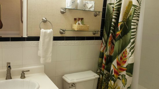 The Plantation Inn : Completely refurbished bathrooms - sparkling clean.