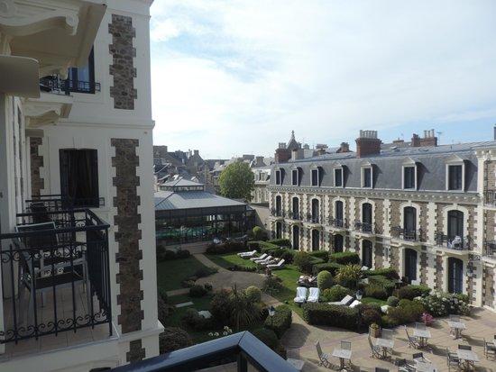 Hôtel Barrière Le Grand Hôtel : vue chambre 315