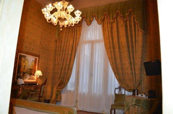 Palazzo Paruta: Lustre de notre chambre, en verre de Murano