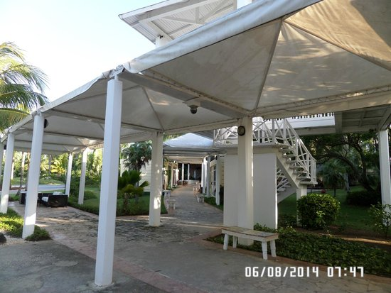 Melia Cayo Coco: Walkway to hotel shops