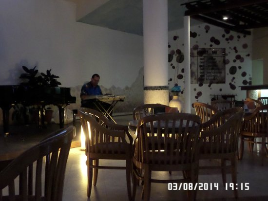 Melia Cayo Coco: Resident evening pianist in the lobby bar
