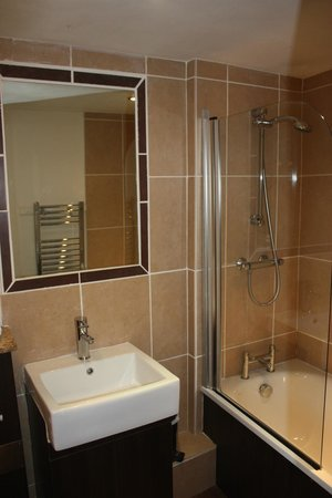 Warwick Arms Hotel: Modern Bathrooms