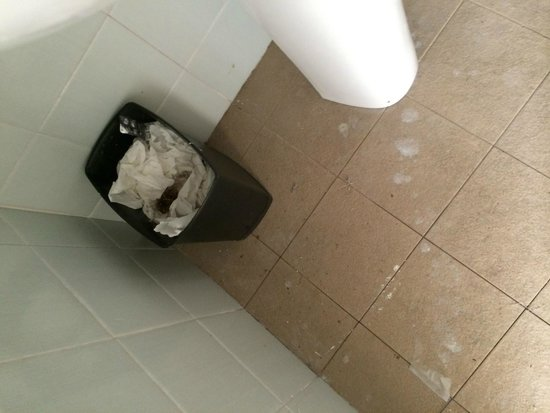 Riviera Marriott Hotel La Porte de Monaco: Sink by toilet