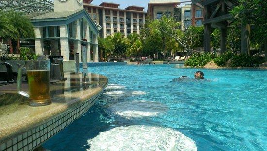 Hard Rock Hotel Singapore: ビールを飲みながら、子供達と遊ぶ。 最高の昼下がりでした!