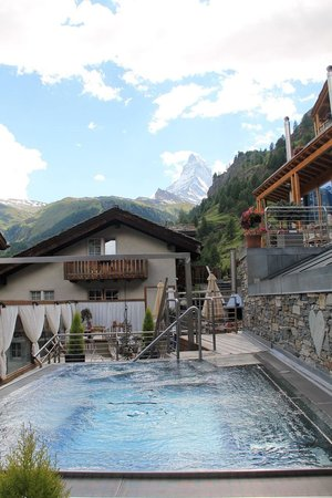 Coeur des Alpes : Jacuzzi extérieur avec vue sur le Cervin
