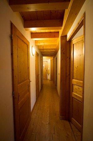 Madame Vacances Residence Les Jardins de la Vanoise : Le couloir permettant d'accéder aux chambres/toilettes/salles de bain