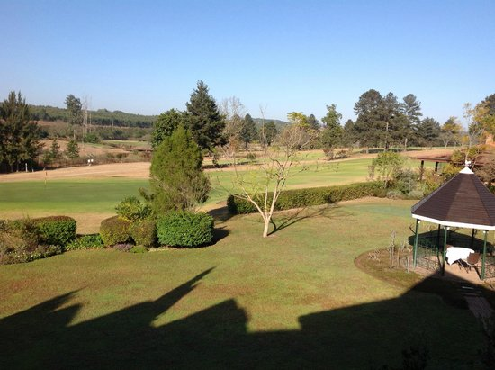 Oliver's Restaurant & Lodge: The view from our bedroom window, overlooking the golf course