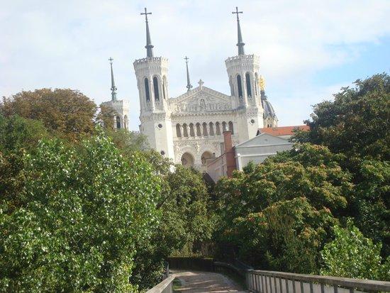 Basilique Notre Dame de Fourviere: Вид на Базилику Нотр-Дам-де-Фурвьер