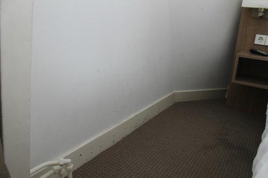 Hotel Museum Lane : Le mur et la moquette tachés