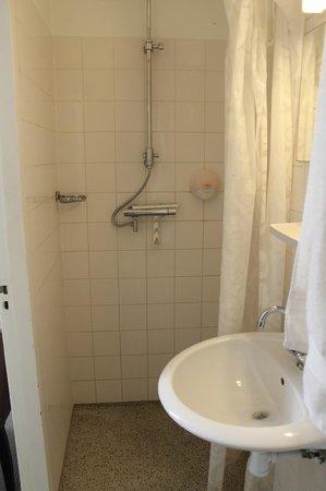 Hotel Museum Lane : la salle de bain et son rideau de douche et sans pommeau de douche