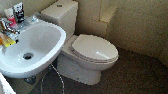 Hotel Amira Pasteur : Kamar mandi dengan interior American Standard