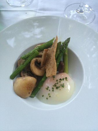 Clube de Jornalistas : Asparagus, mushroom and poached egg starter.