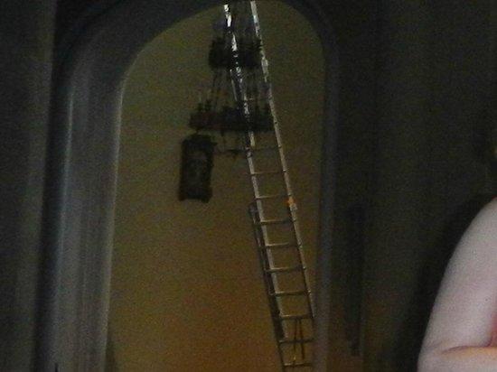 Parroquia Virgen de la Paloma: Escalera por donde sube el bombero agraciado.