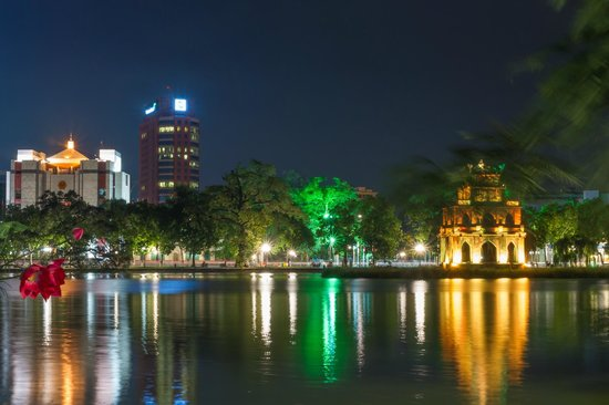 Lake of the Restored Sword (Hoan Kiem Lake) : 夜景
