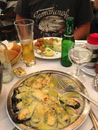 Chez Leon: Moules à l'escargot et moules en friture sauce tartare
