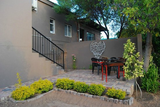 Oudtshoorn Overnight: 2014 Photos: Open Plan Apartment - Outside