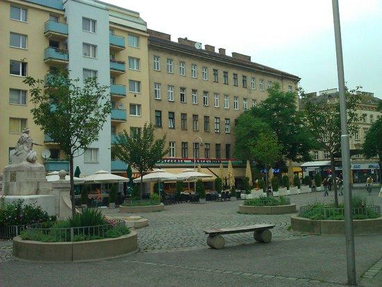 The Art Hotel Vienna : Небольшая площадь с несколькими кафе в 1 минуте ходьбы от отеля