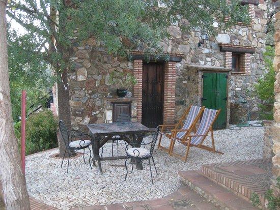 Molino Rio Alajar: het terras tussen 2 huizen in