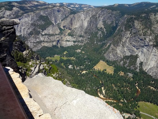 Glacier Point : A view down into the valley