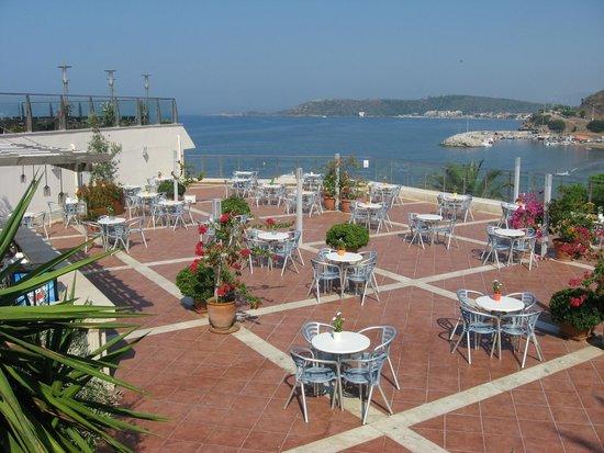 Paloma Club Sultan Ozdere: bar sur terrasse au resto principal avec vue sur le port et hôtel Pasha au fond