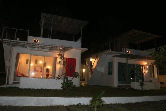 Chaosamran Beach Resort: Honeymoon suite (at night)