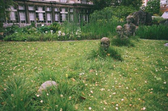 Plantentuin: скульптуры в саду
