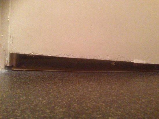 Cromwell Lodge: Bathroom door