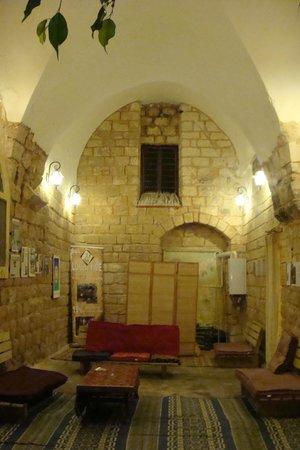 The Fauzi Azar Inn : espace de repos donnant sur l'extérieur