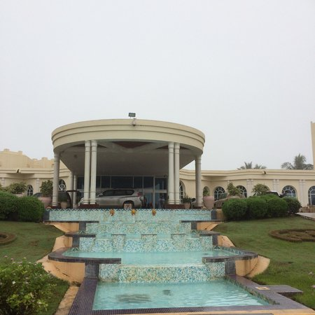 Hilton Salalah: Main entrance fountains