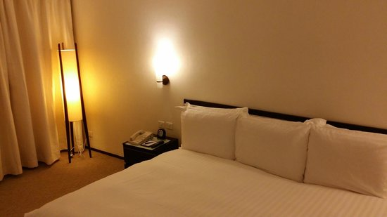 Regal Airport Hotel: Huge bed!
