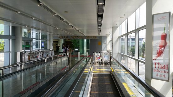 Regal Airport Hotel: The way to the hotel