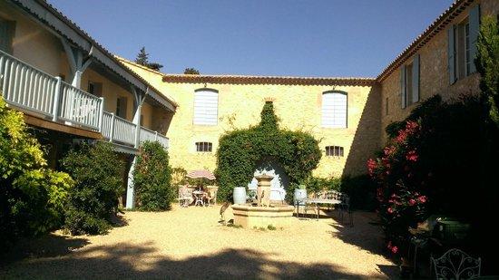 Chateau Haute-Fontaine : courtyard