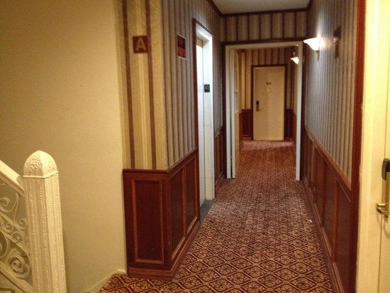 Hotel St. James: Corridoio, ha il suo fascino, sembra di essere tornati indietro di 50 anni, mi piace