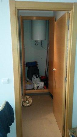 Aparthotel El Faro: Storage Cupboard inside Bedroom