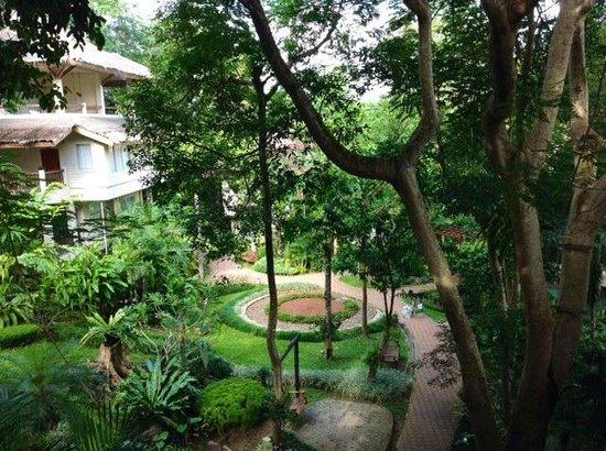 Pakasai Resort: The walk way below