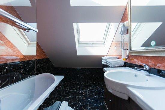 Best Western Plus Hotel Arcadia: 3-Bed Apartment Bathroom