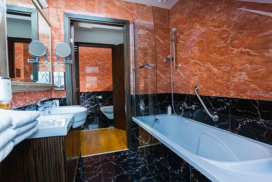 BEST WESTERN PLUS Hotel Arcadia: 3-Bed Apartment Bathroom