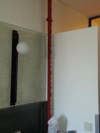 Faros Hotel Taksim: The pipe runnign through the rooms