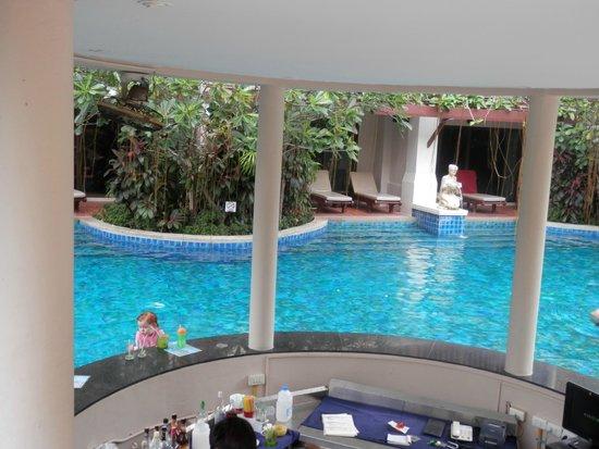 Kata Palm Resort & Spa : one of the swim up bars
