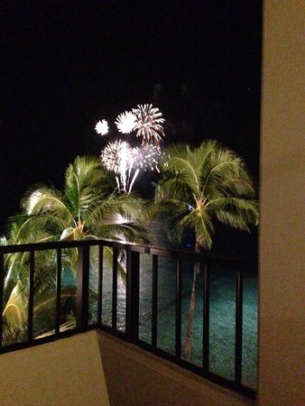 Halekulani Hotel: Fireworks in the middle of the ocean - amazing!