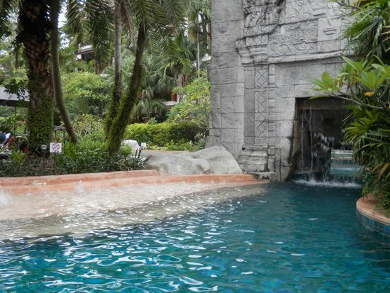 Kata Palm Resort & Spa : bubble water feature
