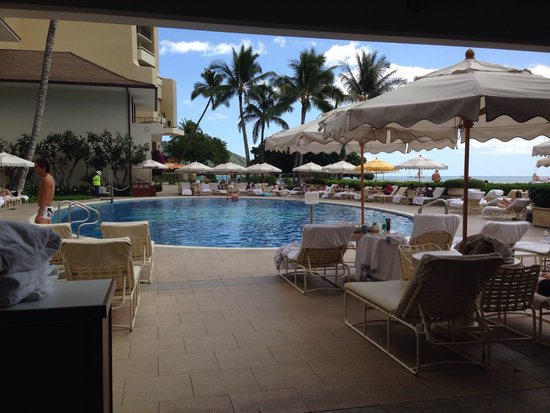 Halekulani Hotel: Pool area