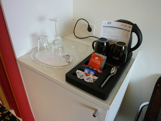 Holiday Inn Munich - Westpark: Wasserkocher mit einer Tee & Kaffeeauswahl in 333