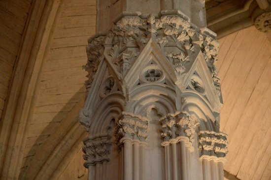 Chateau of Vincennes: Chapiteau rénové dans la salle du conseil de Charles V