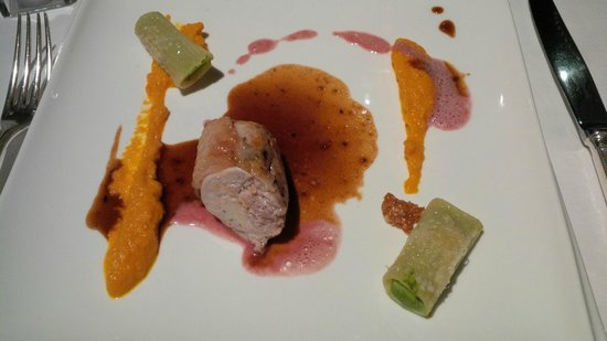 Le Vistaero : Le suprême de pintade aux éclats d'amandes, mousseline de carottes et rigatoni farci aux petits