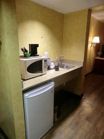 GuestHouse Inn & Suites Nashville/Vanderbilt: The 'kitchen' area.